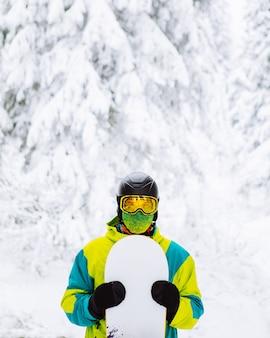 スキー用具コピースペースの男スノーボーダー