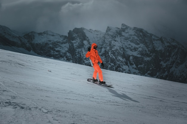 Человек сноубордист едет по склону. лыжный курорт. пространство для текста
