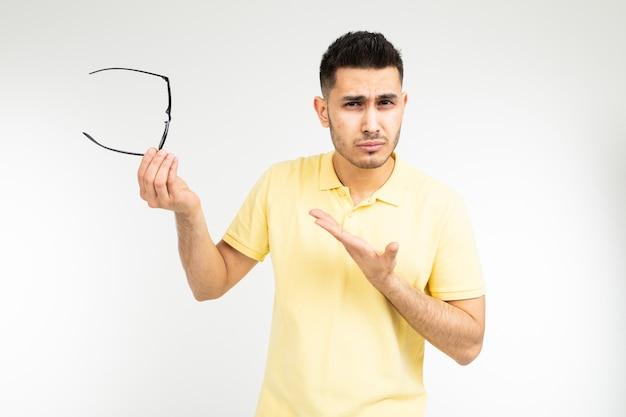 男は白い背景の上の眼鏡をかけてから目が痛い