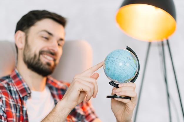 Человек вращающийся земной шар