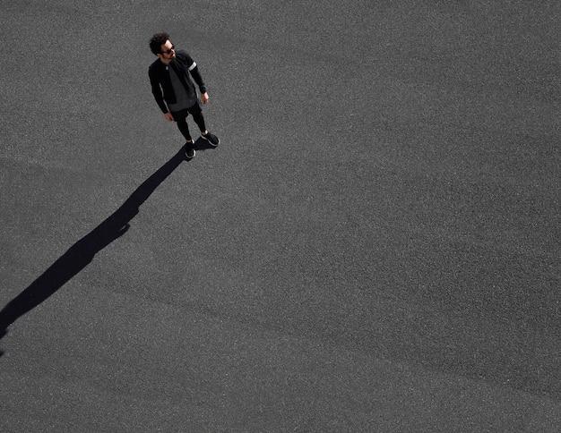 Uomo in abiti sportivi su strada vista dall'alto