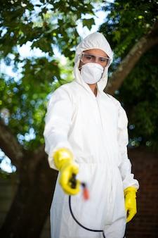 Человек, распыляющий инсектицид