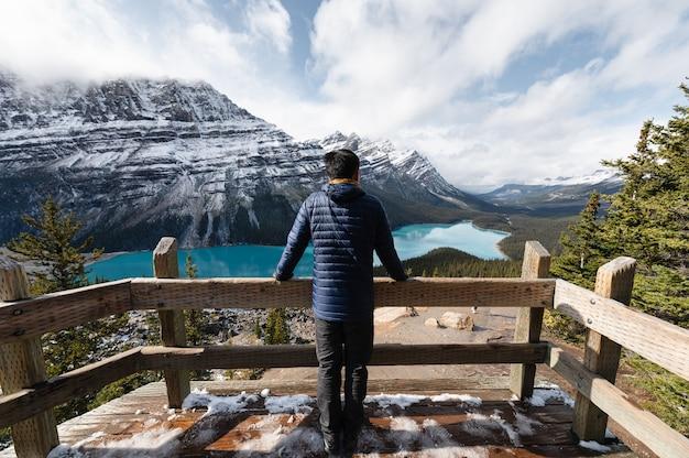 남자 서서 밴프 국립 공원에서 peyto 호수의 전망을보고