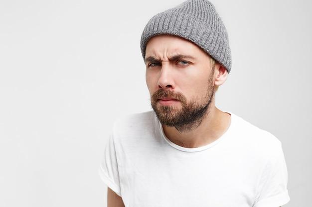 灰色の帽子で立っていると待っている男