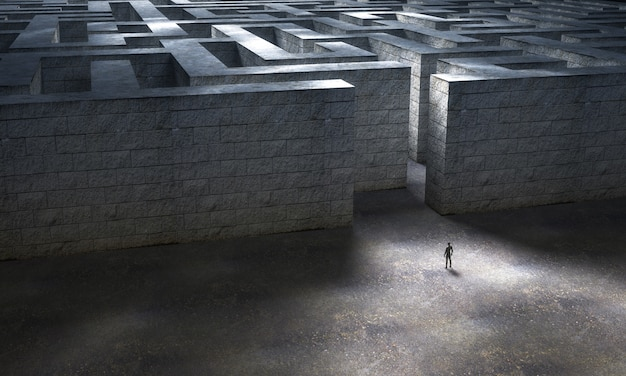 Человек, стоящий у входа в огромный каменный лабиринт