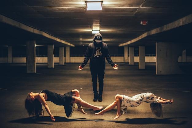 Мужчина стоял между двумя женщинами лежа
