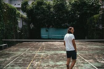 テニスコートに立っている人
