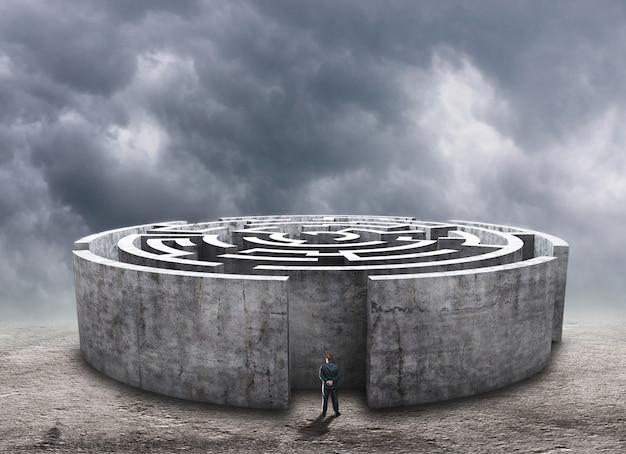 Человек, стоящий перед круговым лабиринтом