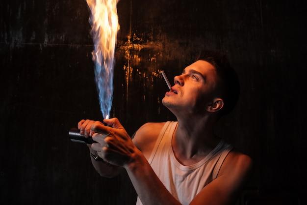 Мужчина стоит на полу с газовым баллончиком и сигаретой