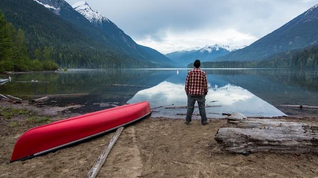 호수를보고 짧은 서있는 남자
