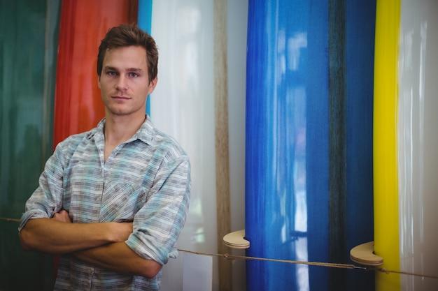 Uomo in piedi nel negozio di tavole da surf