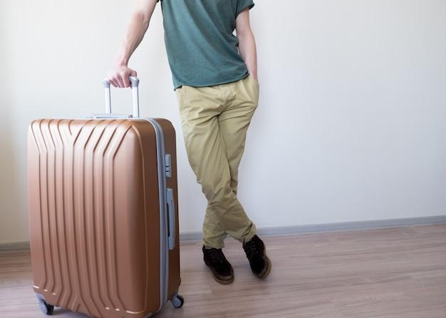 Человек, стоящий с большим багажом