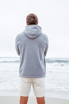 男は海岸のカメラに立ち返り、自然を賞賛します