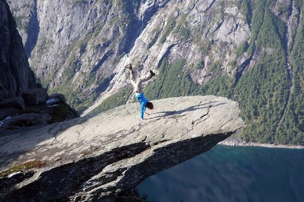 남자는 트롤 언어로 손에 서 있습니다. 노르웨이