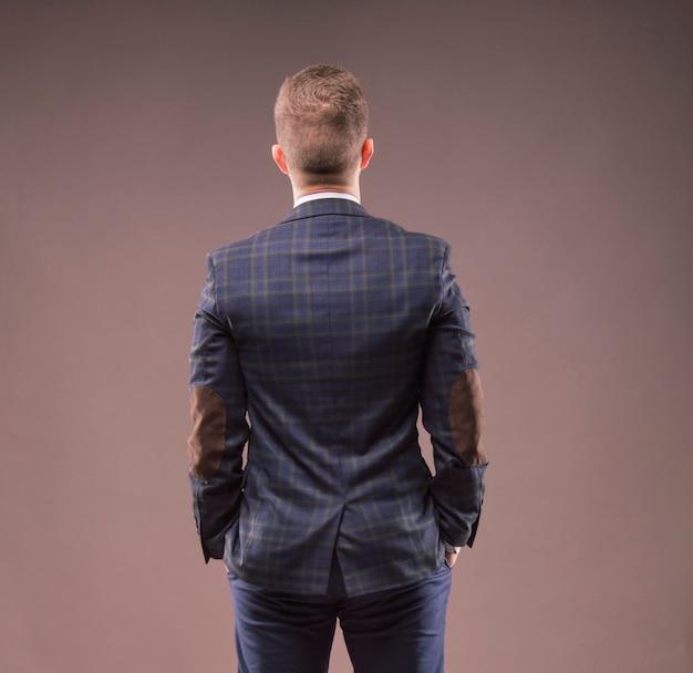 Мужчина стоит спиной к камере и смотрит на что-то