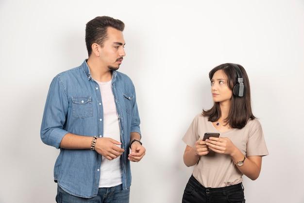 거부 표정으로 여자를 응시하는 남자.