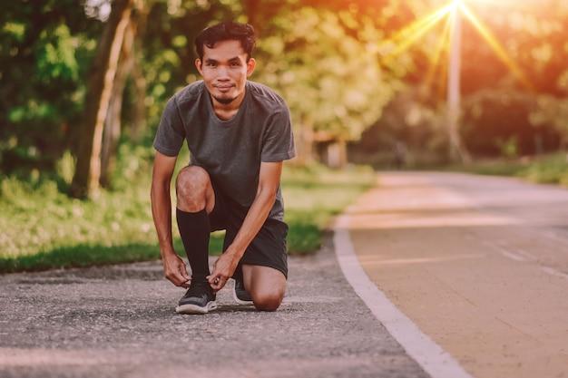 남자 도로에서 실행 시작 (개념 실행, 스포츠, 활성, 라이프 스타일, 운동, 피트 니스)
