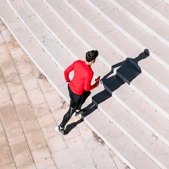 Человек начинает бежать наверх