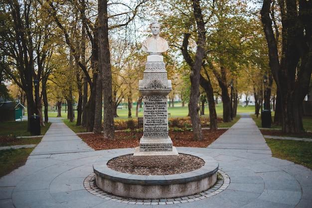 공원에서 나무 근처 남자 동상