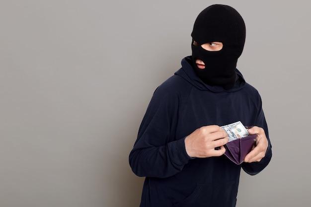 Мужчина крадет кошелек с деньгами