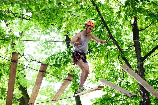 Человек шаги на деревянные доски висит в воздухе