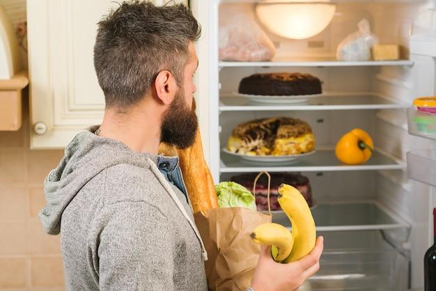 Человек запасается свежими продуктами.