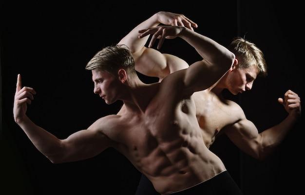 남자 힘과 힘 남자 벌거 벗은 몸통을 가진 근육질 쌍둥이 남자 속옷에 벌거 벗은 몸통을 가진 근육질 남자 벌거 벗은 몸통을 가진 섹시한 남자