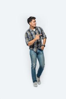 Uomo con una camicia a righe e punta a sinistra