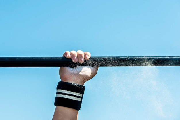 남자, 강한 남자, 운동 선수는 스포츠 운동, 피트니스 거리 운동을 수행합니다. 건강한 생활