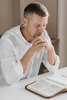 聖なる本を勉強している男