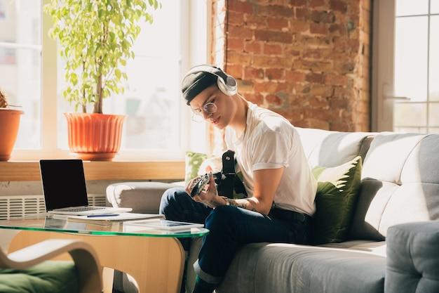 Uomo che studia a casa durante i corsi online o informazioni gratuite da solo