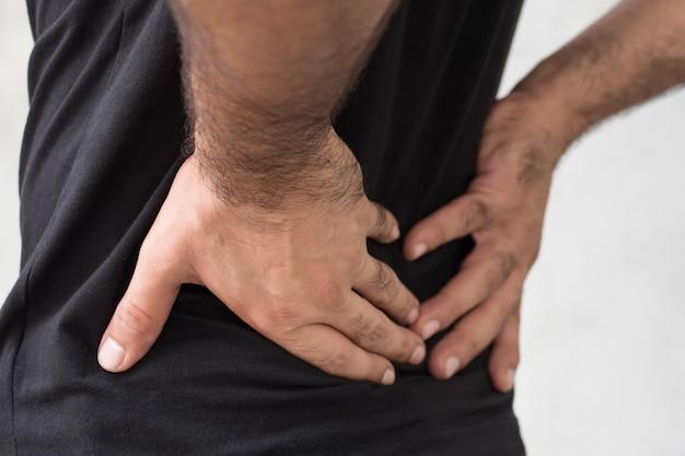 허리 통증으로 고통받는 남자