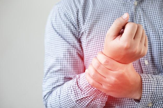 손 통증, 뼈 통증으로 고통받는 남자
