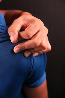 Мужчина страдает от боли в шее или плече дома.
