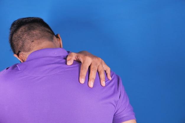 コピースペースで肩の痛みに苦しんでいる男
