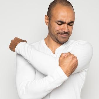 Uomo che soffre di dolore alla spalla