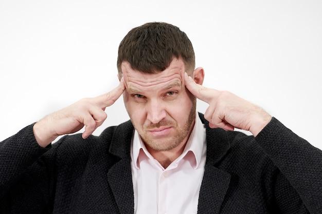 強い頭痛、こめかみのマッサージ、ストレスを感じている男性
