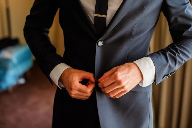 男のスーツのボタン。