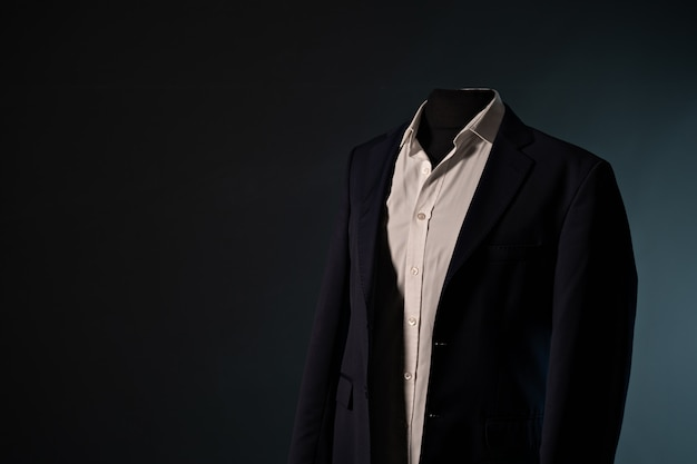 Мужской костюм форма одежды. мужской костюм в магазине манекен