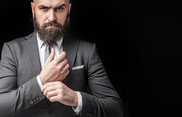 男のスーツのファッション。ラグジュアリークラシックスーツ、流行。古典的なスーツ、シャツ、ネクタイの男。金持ちモデル