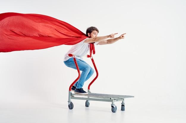 孤立した背景を出荷する男のスーパーヒーロー