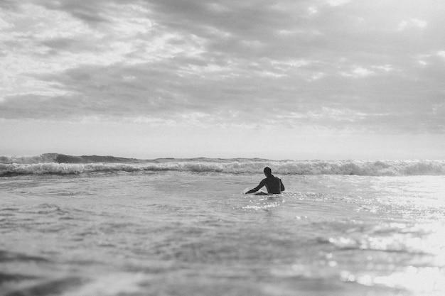 ビーチでサーフィンをする男