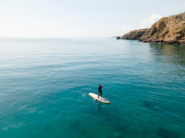 아름 다운 경치와 함께 서핑하는 사람