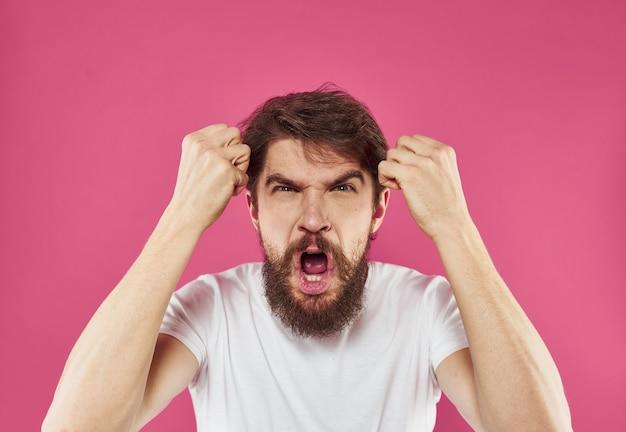 男は過敏性の感情とストレスを驚かせる