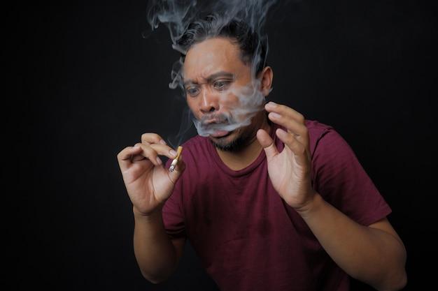 Человек удивлен после курения сигареты