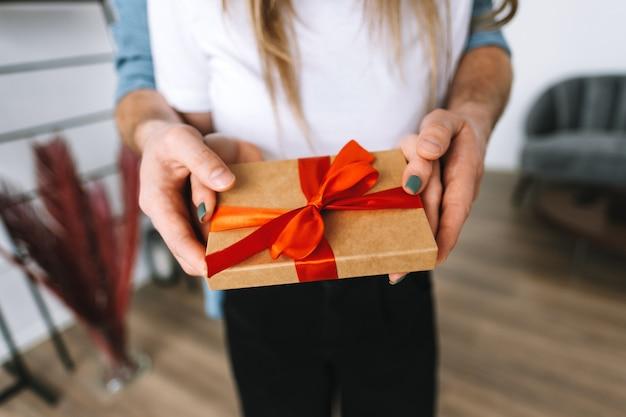 남자는 발렌타인 데이 또는 기념일을 축하하는 선물, 행복한 커플로 그녀의 여자 친구를 놀라게했습니다.
