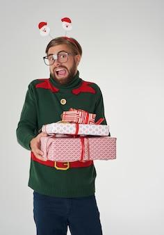 많은 크리스마스 선물에 놀란 남자