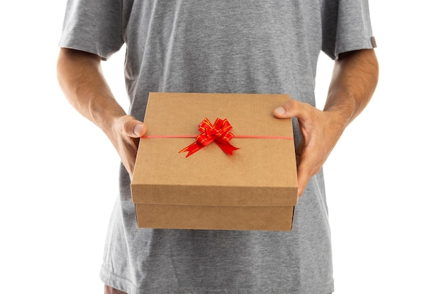 Мужчина удивил свою девушку подарочной коробкой ко дню святого валентина