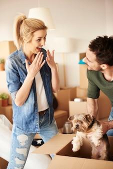 Мужчина удивляет женщину с маленьким домашним животным