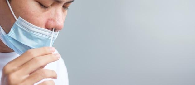 Rapid antigen test kit에 의한 면봉 covid-19 테스트. 코로나바이러스 자가 비강 또는 가정 테스트, 잠금 및 가정 격리 개념
